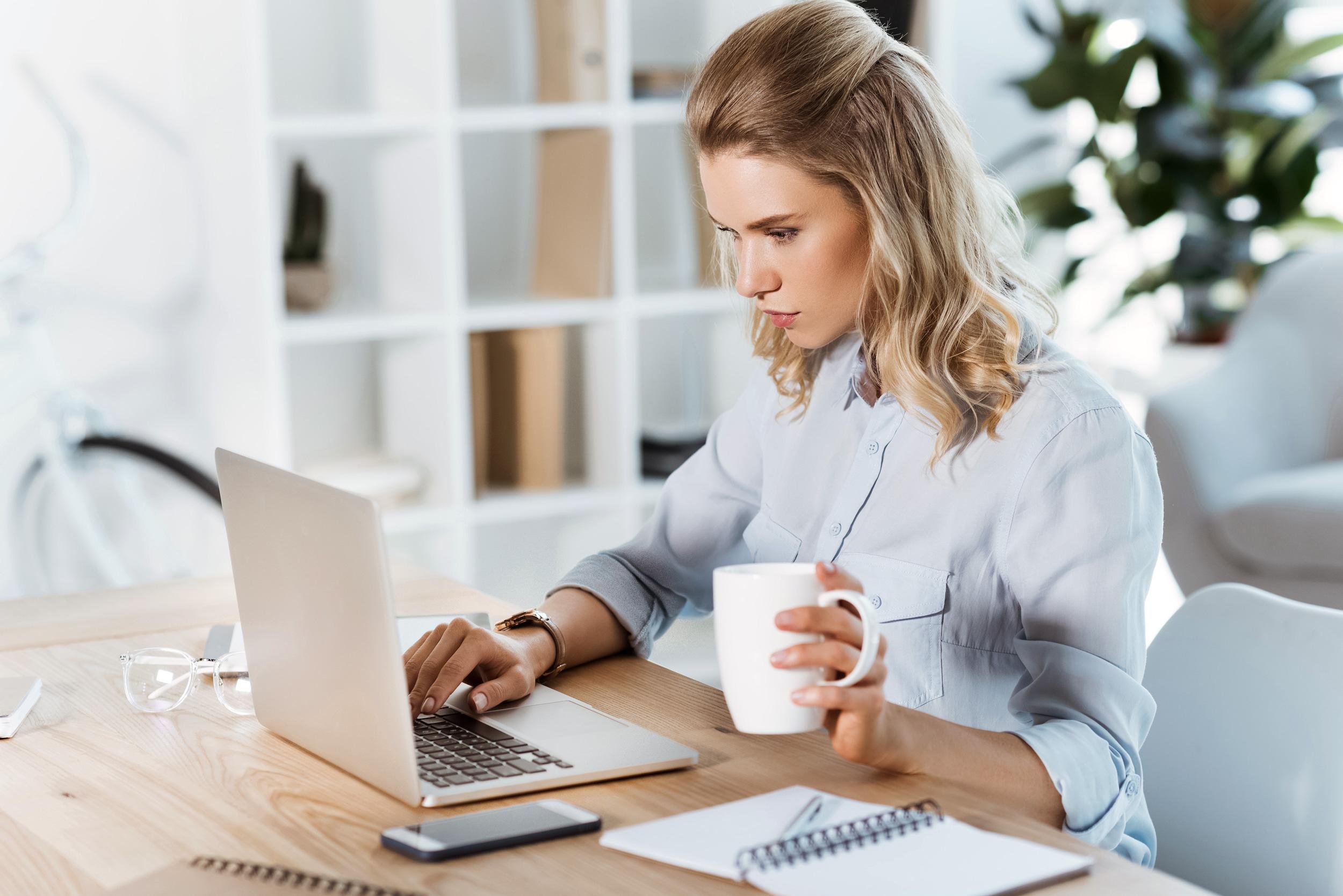 考える女性起業家